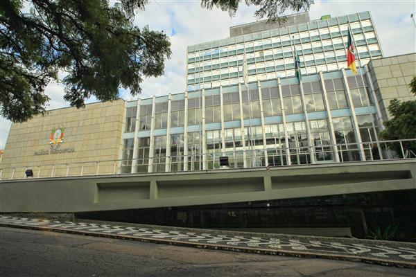 Palácio Farroupilha está localizado na Praça da Matriz, onde também estão as sedes dos Poderes Judiciário e Executivo, além da Catedral Metropolitana de Porto Alegre.