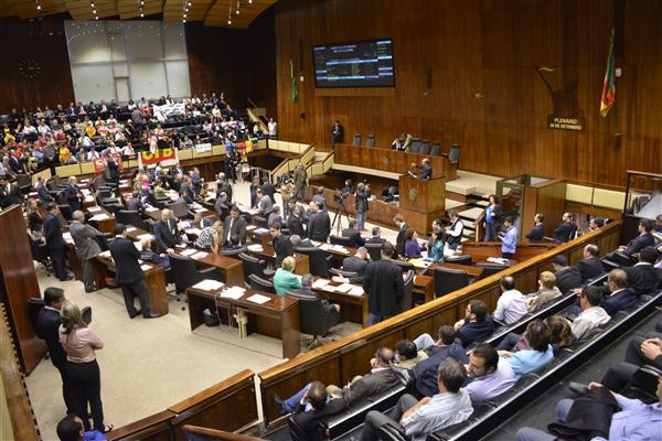 Deputados tratam sobre projetos durante a sessão plenária