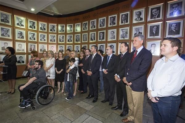 Presidente Edegar Pretto participa de ato de descerramento da placa que denomina o Espaço Municipalista Tapir Rocha