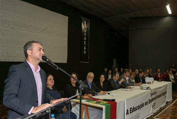 """Presidente Edegar Pretto participa do seminário  """"A Educação no Desenvolvimento Regional"""" em Ibirubá"""