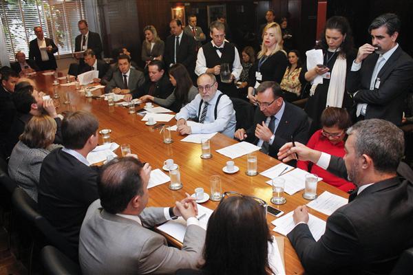 Presidente Edegar Pretto coordena reunião do colégio de líderes