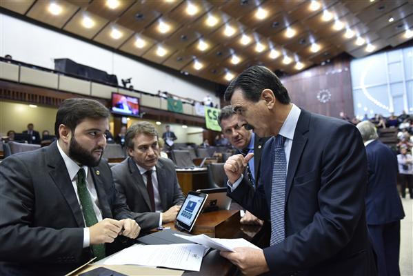 Gabriel Souza, líder do governo, e Otomar Vivian, presidente do IPERGS, durante votação
