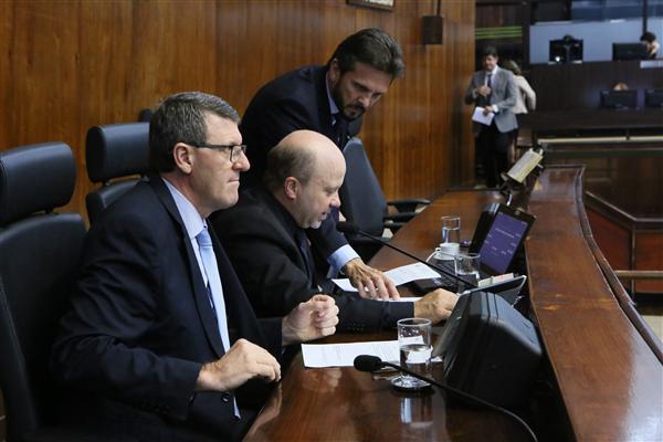 Presidente Marlon Santos (ao centro) conduz a sessão plneária