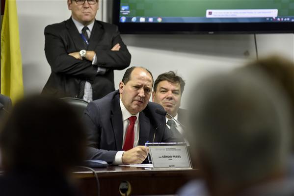 Deputado Sérgio Peres preside a Comissão Especial