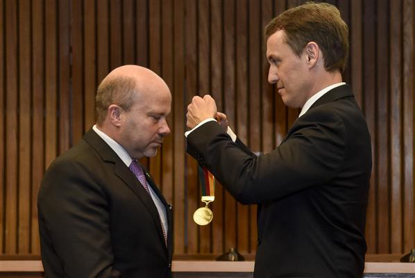 Presidente Marlon recebe a medalha do procurador-geral Fabiano Dallazen