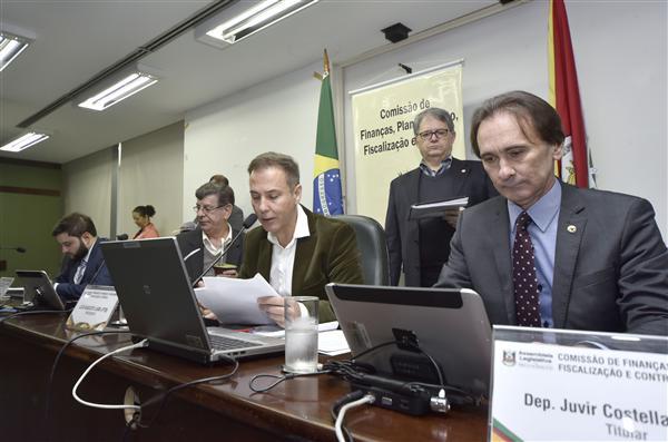 Ao lado do presidente Luis Augusto Lara, o relator Juvir Costella apresentou seu parecer nesta manhã