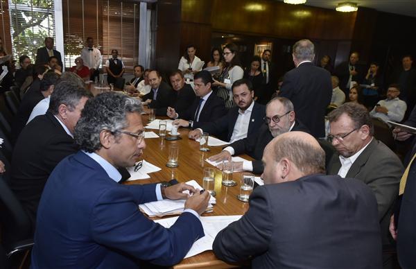 Líder do governo apresentou proposta para mudança na ordem de votações