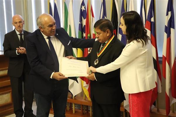 Entrega da Medalha de Mérito Farroupilha ao missionário Solon Pereira Soares.