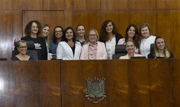 Deputada Kelly Moraes (de branco, ao centro) e demais deputadas da Legislatura