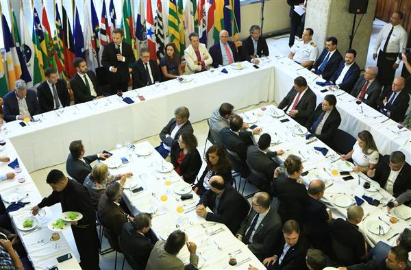 Presidente da ALRS Dep. Luis Augusto Lara reunião almoço com a Bancada Estadual e Federal