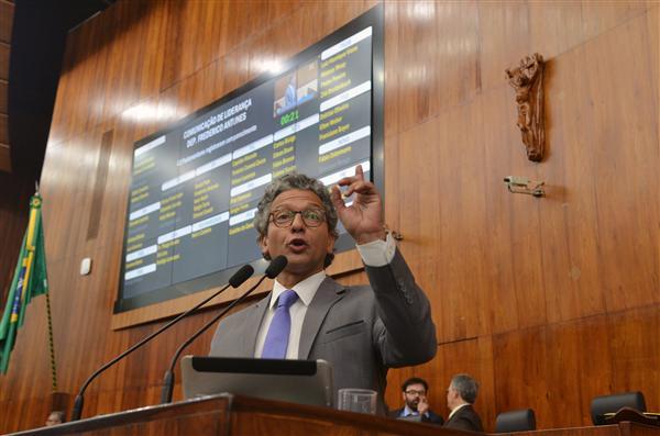 Frederico Antunes, líder do governo, foi o primeiro a se manifestar