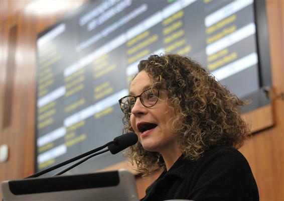 Deputada Luciana Genro na tribuna, sessão plenária desta terça-feira