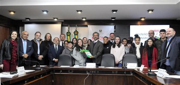 Parlamentares receberam alunos da Escola Gabriela Mistral
