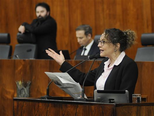 Deputada Luciana Genro na tribuna, sessão plenária desta quarta-feira, 25 de setembro