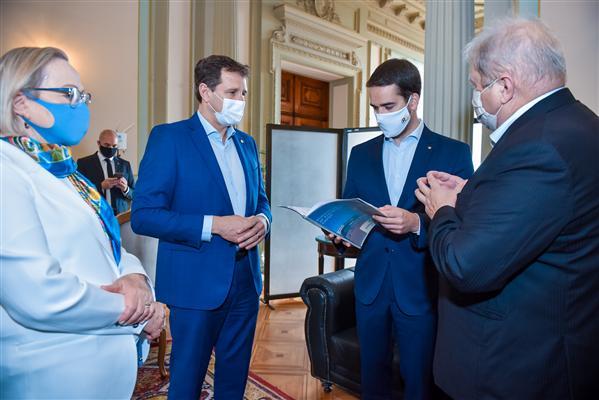 Presidente da Assembleia, deputado Ernani Polo, acompanha a entrega de protocolo sanitário para a 22ª Expodireto pelo presidente da Cotrijal, Nei Mânica, ao governador Eduardo Leite e à secretária da Saúde Arita Bergmann