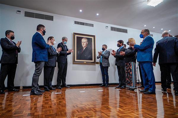 Quadro do Oswaldo Aranha é oficialmente descerrado na sala da presidência