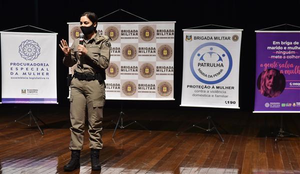 oordenadora da Patrulha Maria da Penha da BM, major Karine Brum, apresentou pesquis