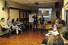Cybele e Tuani durante a interpretação da música em Libras