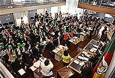 Alunos votam durante a Sessão Plenária do Estudante