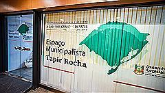 O Espaço Municipalista Tapir Rocha atende no saguão de entrada do Palácio Farroupilha
