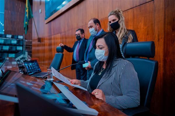 Presidente em exercício da AL, Kelly Moraes, conduziu a sessão plenária nesta tarde